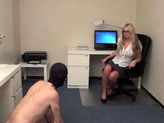 Sekretärin pisst Sklaven ins maul!