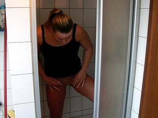 In der Dusche gepisst und Finger abgeleckt