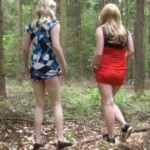 Zwei Studentinnen pissen in den Wald