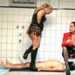 Double Piss for a Slave! 2 Dominas pissen einem Skalven, unterm Toilettenstuhl, ins Maul!