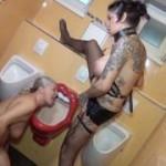 Perverse Männerhorde benutzte mich als Toilette auf dem Herrenklo! Teil 3! Shemale pisst in mein Maul!